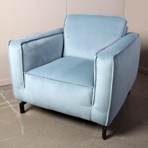 Een mooie stoere fauteuil, die wat hoger op de poten staat. Het model heeft brede armleuningen en vaste zitkussen. Uitgevoerd in veloursstof turquoise.